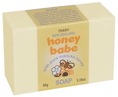 ฮันนี่ เบบ โซพสูตนอ่อนละมุนนี้มีน้ำผึ้งมานูก้าที่บริสุทธิ์ อุดมไปด้วยวิตามินอีและน้ำมัน Calendula เพื่อบำรุงและปลอบประโลมผิวอ่อนนุ่มลูกน้อย